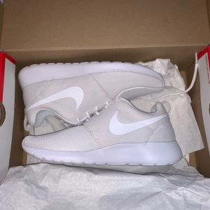 never worn white nike roshe shoes